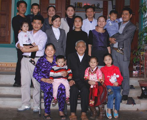 Vietnamese family cultures with beautiful values to preserve