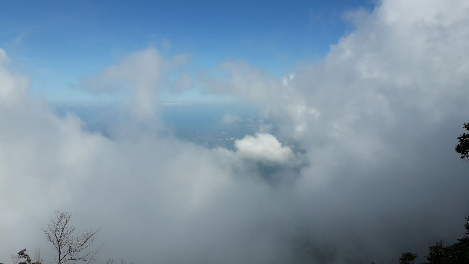 Clouds flying around on Summit Bach Ma
