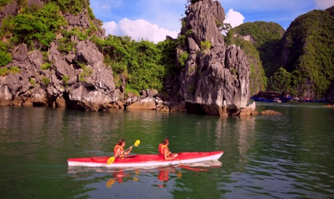 Vietnam Holiday Packages-Halong Kayaking