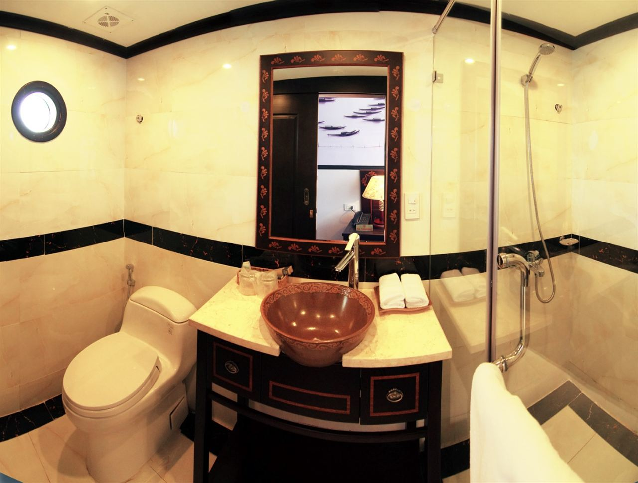 Huong Hai sealife cruise bathroom