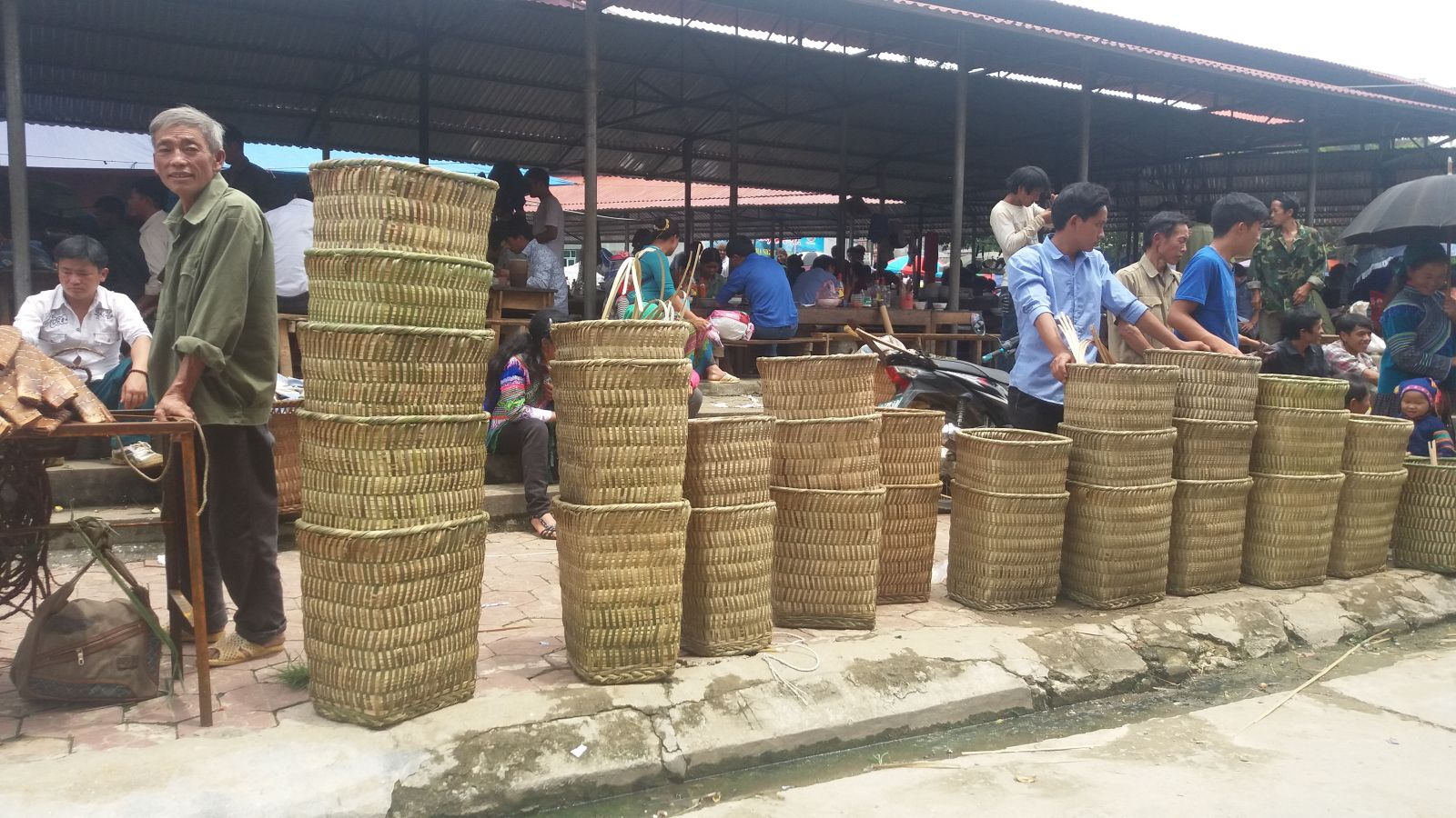 Sapa tours to colorful Bac Ha market