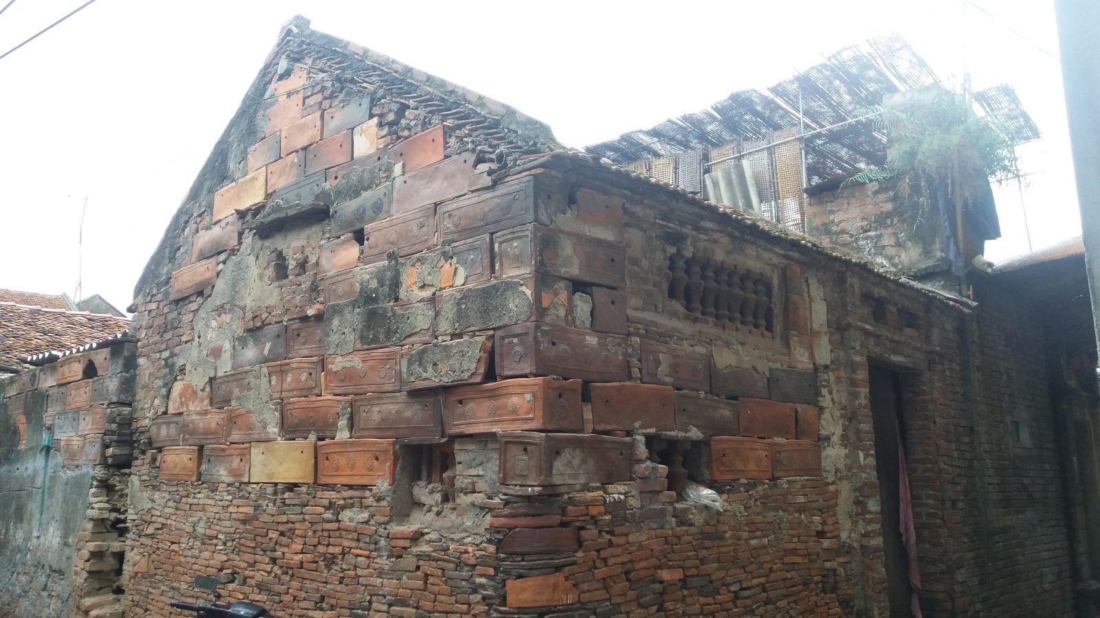Tho Ha pottery village- house walls