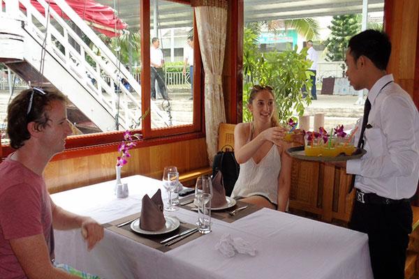 Wonder bay day cruise -restaurant1