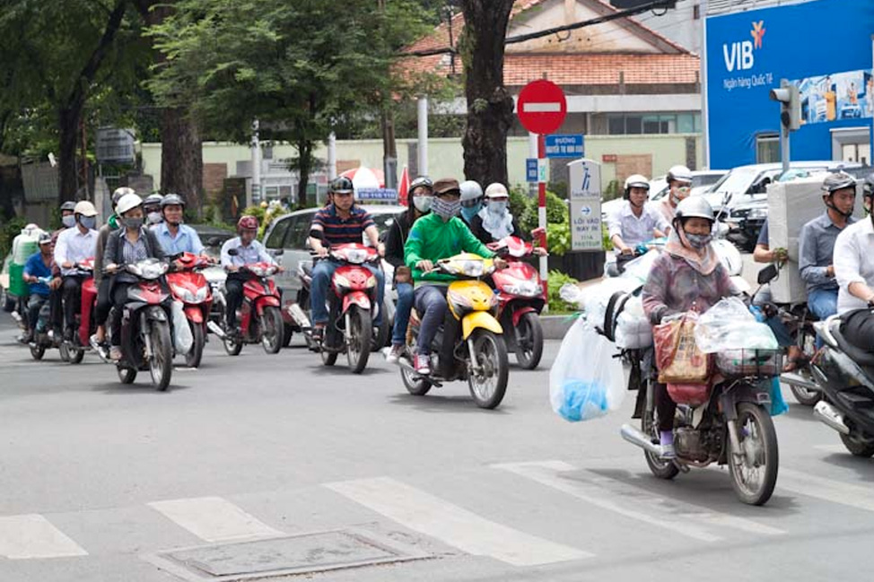 how to cross the streets in hanoi2