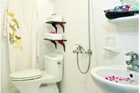 Huong Hai Junk bathroom